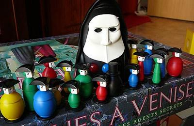 Intrigues à Venise : quand le masque de Scream donne les boules (de couleurs !)