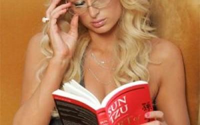 Paris Hilton lis l'art de la guerre de Sun Tzu
