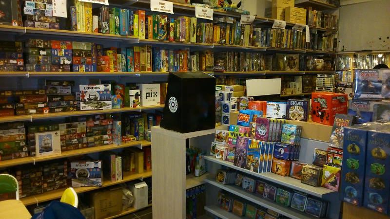 L'intérieur de la boutique Descartes Lyon (photo honteusement pompée sur le site de Cocktail Games)