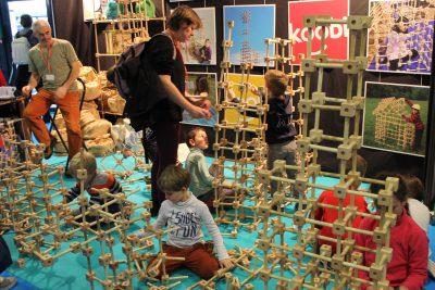 Des enfants jouant à un jeu de construction sur un stand
