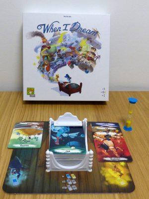 """La boîte et une partie du matériel de jeu, dont le """"lit à cartes"""""""