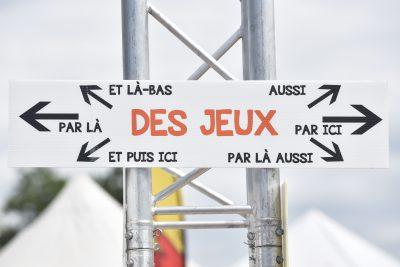 """Photo d'un panneau de direction avec pleins de flèches indiquant """"Des jeux, par là et là-bas, aussi, par ici, et puis ici..."""""""