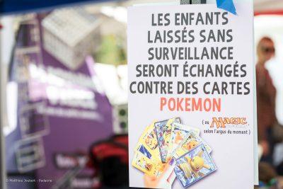 """Photo d'un affiche : """"Les enfants laissés sans surveillance seront échangés contre des cartes Pokémon"""""""