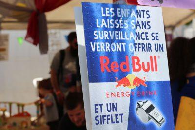 """Photo d'un affiche : """"Les enfants laissés sans surveillance se verront offrir un Red Bull et un sifflet"""""""