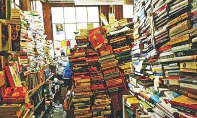 Photo d'un pièce remplie de livres entassés