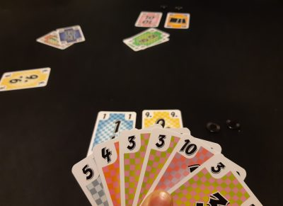 Est-ce que je passe ou est-ce que je pose mon 3-4-5 au risque de perdre mon potentiel futur brelan de 3 ?